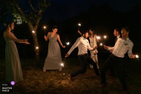 Photographe de mariage du Domaine de Grolhier - Jouer avec des étincelles est tellement amusant!