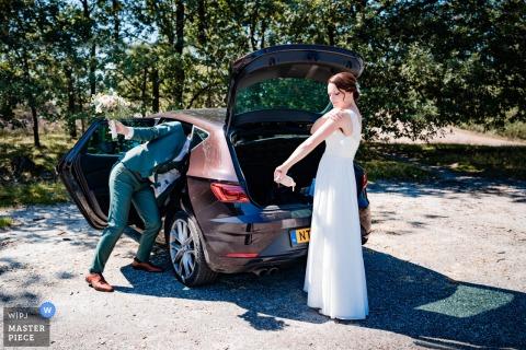 Niederlande - de hei Hochzeitsfotografie von Braut und Bräutigam am Auto