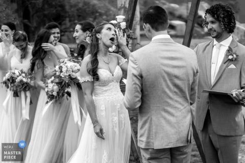 Huwelijksfotografie van Scripps Seaside Forum, La Jolla, Californië. | Een grappig moment tijdens de huwelijksceremonie.