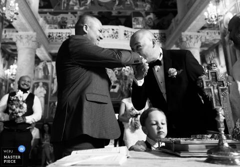 Ceremonia de Rumania - Fotografía de bodas de besos y expresiones de manos