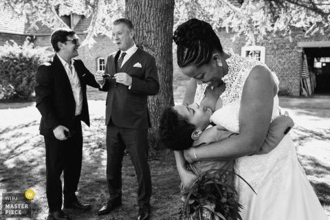Chateau de Quesmy - Fotos der Hochzeitszeremonie in Frankreich - Umarmung zwischen der Braut und ihrem Sohn