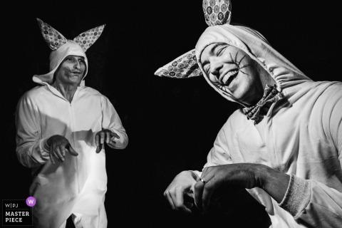 Fotografía del lugar de la boda de Chateau de l'Eperonnière - Los amigos como los conejos hacen el espectáculo en la fiesta