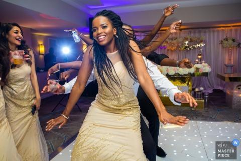 Trouwreportagefotograaf voor DoubleTree by Hilton, Docklands, Londen - Afbeelding van dansende bruidsmeisjes