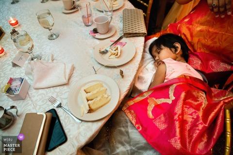 Photographe de mariage tourne chez Soundview Caterers, Bayville Long Island, Réception - Jeune fille endormie à la table de réception
