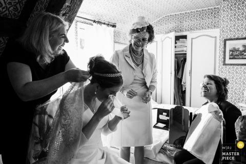 Frankrijk Trouwreportage Fotograaf - zich klaarmaken - huilende bruid