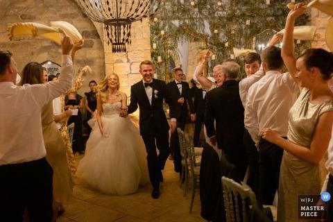 Castello Xirumi - Catania - Italië Fotograaf voor bruiloftsreportage - Blije entree voor bruid en bruidegom voor het diner