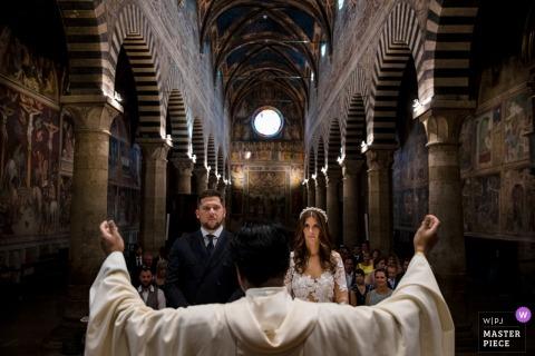 San Gimignano, photographie de cérémonie de mariage en Toscane du prêtre, couple, église, bénédiction
