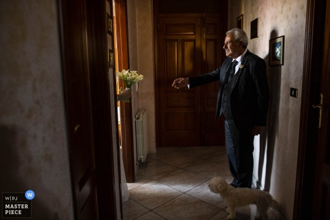 Dad's first look at the bride - Photo by Reggio Calabria wedding photographer
