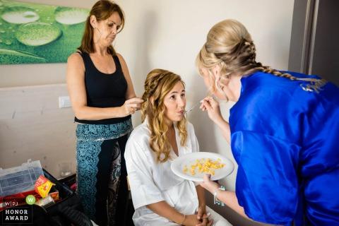 Zakynthos novia preparándose | Foto de alguien alimentando a la novia