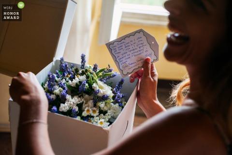 Fotografía de bodas de Lazio - Novia en casa - Recién recibí el ramo