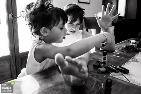 Trouwfotograaf in Frankrijk bij The Home of the Newlyweds: Twee kleine meisjes oppoetsen.