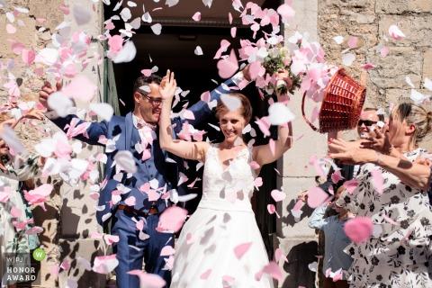 Kerk van Saint Martin de Valgalgues. Fotografie na de ceremonie. De pasgetrouwden komen uit de kerk!