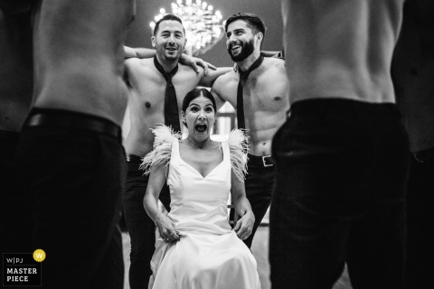 menina - photographe de mariage au portugal - mariée avec hommes torse nu portant des cravates