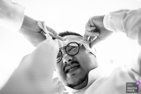 ALILA VILLAS ULUWATU. BALI WEDDING PHOTOGRAPHER - THE GROOMS MEN ARE GETTING READY