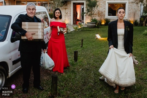 Hochzeitsortphotographie Landhaus Toscana der Braut und der Familie, die nach der Empfangsfeier verlassen.