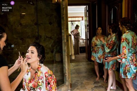 Colorado Rental House - Trouwdagfotografie - Bruid wordt opgemaakt, moeder van de bruid wordt aangekleed, bruidsmeisjes kijken toe