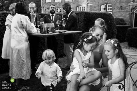 Chateau de la Rocq, Foto des Hochzeitsortes Feluy von der Cocktail- und Empfangsparty im Freien mit vielen Kindern