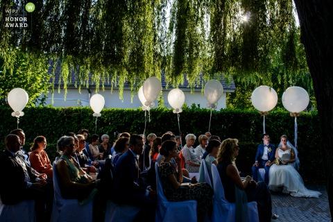 tybeert lokeren trouwfoto van de buitenceremonie met mooi licht