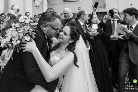 Chiesa di San Prospero Strinati - Reggio Emilia Hochzeitsfoto der Braut, die ein Bad und einen Kuss bekommt