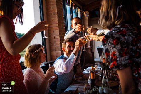drome provencale trouwlocatie foto van de bruidegom en de bruid roosteren met vrienden
