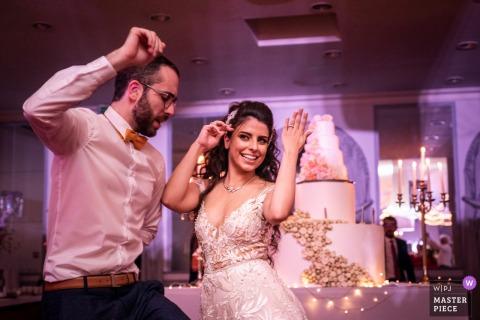 雷恩城堡的阿皮尼酒庄新娘的婚宴照片在背景中显示了她的戒指和结婚蛋糕。
