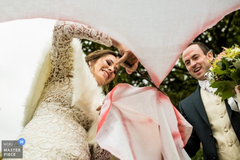 Rudolec wedding photographer — Cutting out the heart for this bride and groom