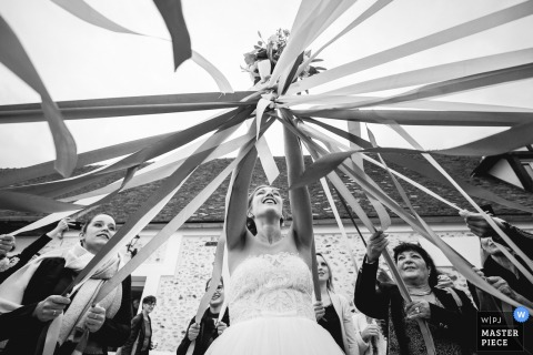 ferme de la ronce, La Houssaye-en-Brie wedding photographer | Bride's bouquet game