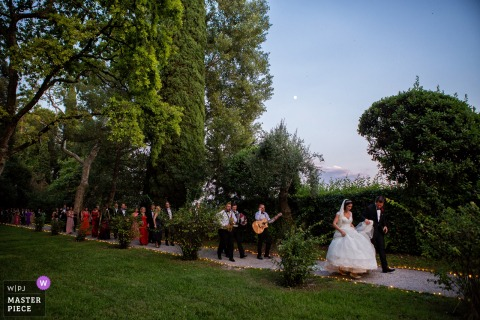 Isola del Garda wedding day photography — Walking to the dinner