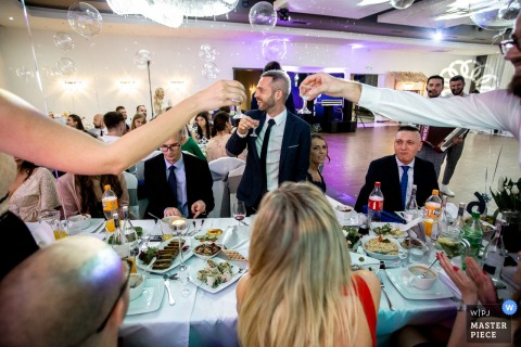 Crystal Wedding Hall & Spa, Empfang in Rzgow und Party während eines Toasts.