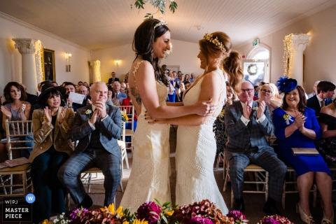 Castillo de Darver, Louth, Irlanda Ceremonia de celebración para las dos novias