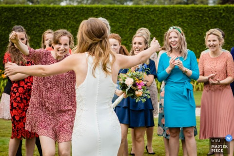 Kasteel Heeswijk wedding photography — bridesmaid catching the bouquet