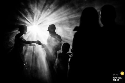 里巴德阿韦 -黑白接待照片的婚礼摄影师