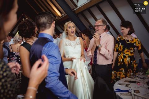 苏格兰婚礼接待场地摄影师—新娘进入会场后第一次看到自己的真实生活。