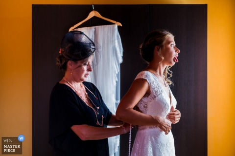 l'isle adam - Bride getting dressed by her mother - France wedding photographer