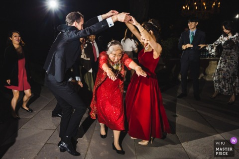 La fotografía de la boda de North Shore House | Todas las edades están disfrutando de la fiesta de baile en la boda.