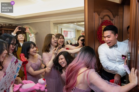 Photographie de mariage dans la journée à la maison dans le Guangdong - Acceptez les proches à la porte