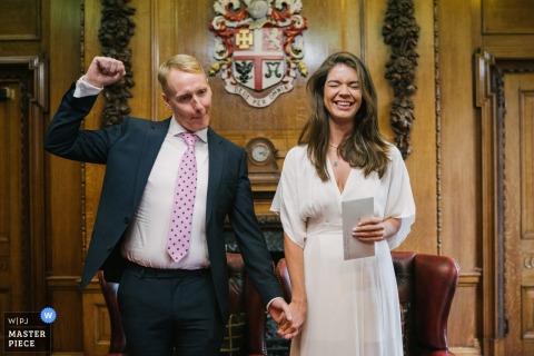Hochzeitsfotografie von Islington Town Hall, London, UK | Bräutigam, der nach dem Heiraten feiert