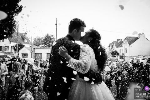 Bretagne-Hochzeitsfotografie: Kirche - Fellkuß - Braut und Bräutigam