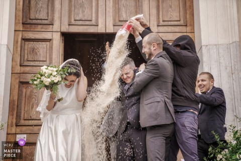 Eglise - Photos de mariage à Vicenza Italie - Coriandoli après la cérémonie