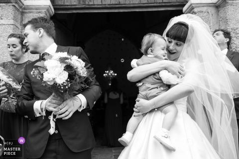 Fotografía de la boda de Cuzion   La novia con su hijo después de la ceremonia de la iglesia.