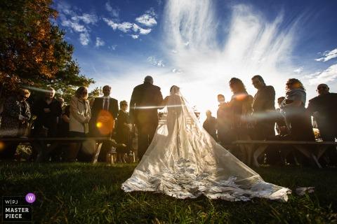 Ceremonia ślubna w Nowym Jorku | Zdjęcia panny młodej i jej taty idących alejką, aby rozpocząć ceremonię