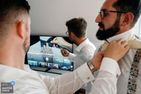 Allemagne Préparation pour la photographie à la maison du marié le jour du mariage - problèmes de cravate et aide vidéo