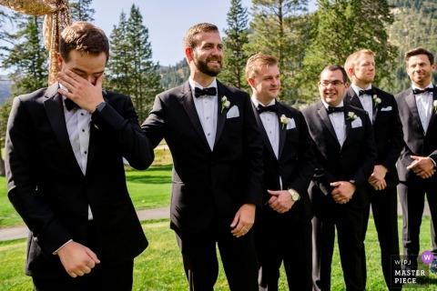 Pierwsze spojrzenie pana młodego na jego oblubienicy, gdy idzie po wyspie | Fotografia ślubna z Resort at Squaw Valley