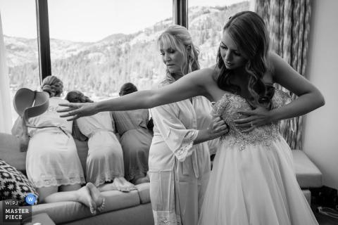 Panna młoda wchodzi w sukienkę - Resort at Squaw - fotografia ślubna przygotowująca się