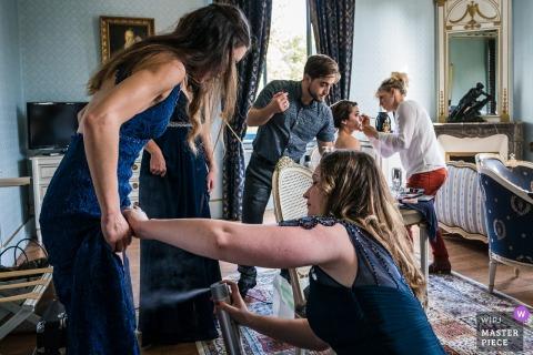 Frankrijk zich klaarmaken voor foto's - beenspray bruidsmeisjes