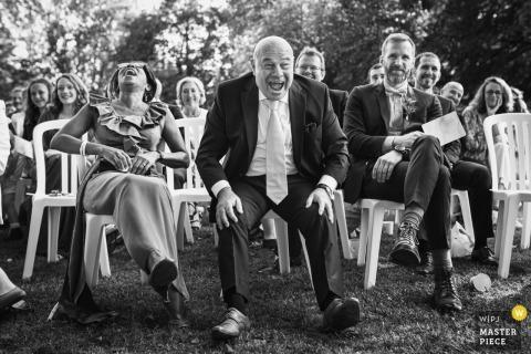 Amien Outdoor Huwelijksceremonie Fotografie van gasten die lachen