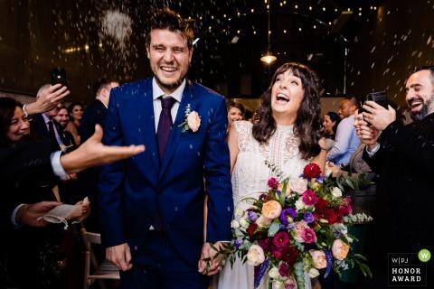 Imagen de la casa de bodas de Cloughjordan, Tipperary, Irlanda: lanzamiento de confeti a los recién casados