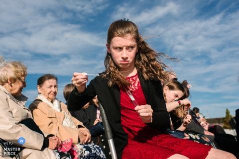 Fotógrafo de bodas en Ontario, Canadá: la niña sopla burbujas durante la ceremonia