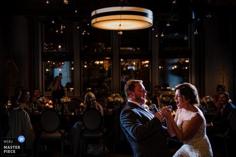 River Roast, fotógrafo de bodas de Chicago, IL: imágenes del primer karaoke de los novios