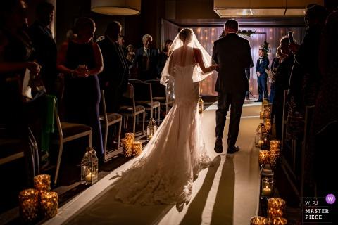 River Roast, Chicago, IL Fotografía procesional de la ceremonia de boda con la novia y su padre.